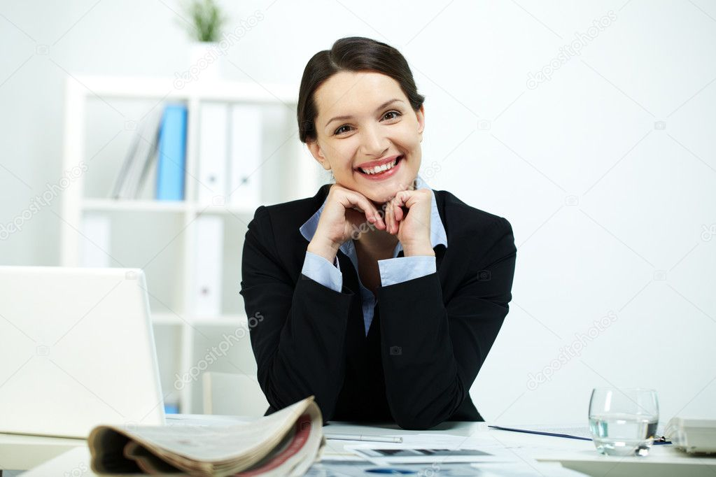 Portrait of happy office worker looking at camera — Stock Photo #10734262