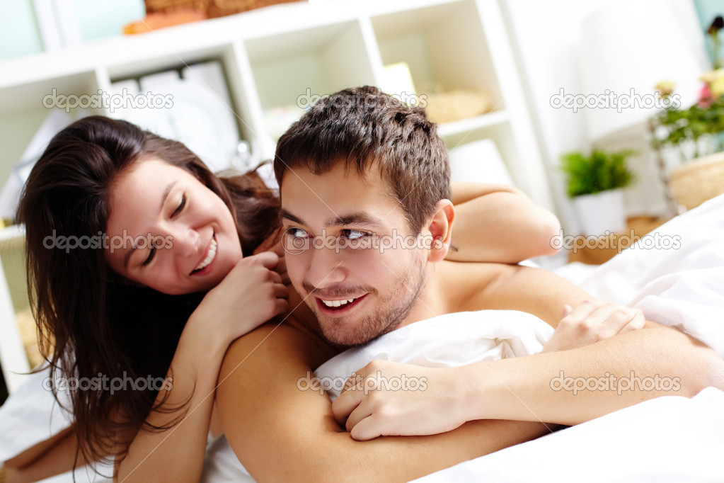Мужчина довольно трахается с любимой женщиной  292645