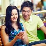 夫妇与智能手机 — 图库照片
