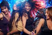 As mulheres jovens se divertindo dançando na discoteca — Fotografia Stock