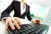 руки над клавиатурой — Стоковое фото
