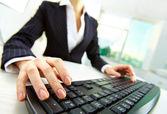 Handen op toetsenbord — Stockfoto