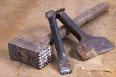 A hammer with two chisels — 图库照片