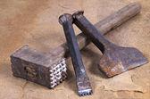 Ein hammer mit zwei meißel — Stockfoto