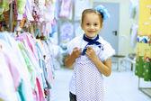 Mladá žena, která dělá nakupování