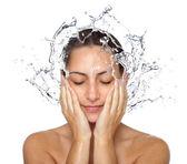 Nedves nő arcát vízcseppek