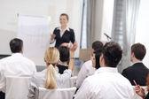 Obchodní žena dává prezentace