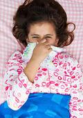 Hispán lány beteg az influenzát az ágyában megállapításáról