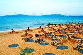 Stroh Sonnenschirme am ruhigen Strand in Bulgarien