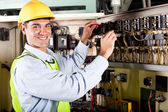 Elektrikář pracuje na průmyslové stroje