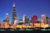 Chicago città centro urbano della città al tramonto con grattacieli sul lago michigan con cielo azzurro