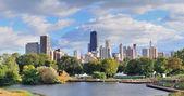 Skyline di Chicago con grattacieli visualizzati da lincoln park sul lago