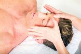 Mladý muž dostává masáž obličeje