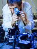 Vědec dělá výzkum v laboratoři kvantové optiky