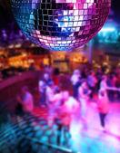 Ballando sotto le luci colorate della sfera a specchi discoteca