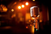 Retro mikrofon a színpadon