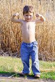 Erős gyerek mutatja az izmok