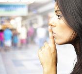 Fiatal nő csend
