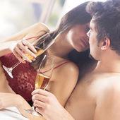 Junge glückliche Paar mit Champagner