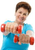Starší žena v tělocvičně