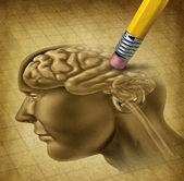 Malattia di demenza e una perdita di funzione del cervello e di perdere ricordi come Alzheimer come un simbolo di assistenza sanitaria medico di neurologia e problemi mentali con una gomma da matita rimuovendo lanatomia di testa su una carta pergamena vecchia grunge