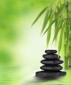 Nyugodt zen design halmozott kövekkel és bambusz
