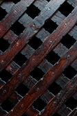 Dřevěné prkno přes základy