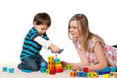 Giocando sul tappeto madre e figlio