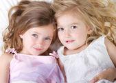 Dívky v posteli s spánku přes vyhledávání