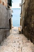 Schmale Treppe zum Meer in Rovinj, Kroatien