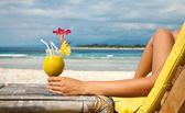 Drží koktejl na tropické pláži