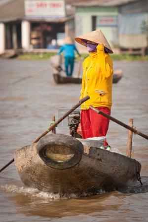 frau auf dem traditionellen vietnamesischen boot