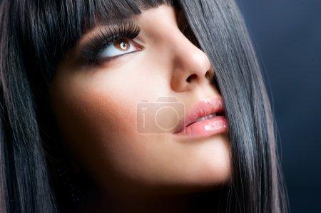 时尚的黑发。美丽的妆容和黑头发健康