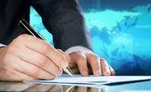 Podnikatel je ruka s perem. mezinárodní obchodní koncept