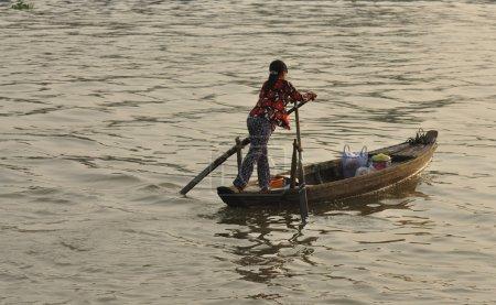 frau auf dem boot mekong vietnam