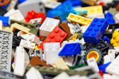 hromadu barevných plastových hraček cihel