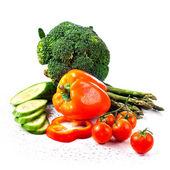 zelí brokolice s rajčaty a zelenými listy