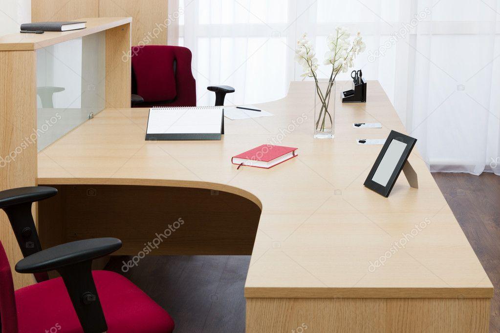 Houten Bureau Kantoor : Houten bureau op kantoor thestylebox bureau wit met houten
