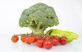 čerstvé syrové brokolice, veselý rajčata