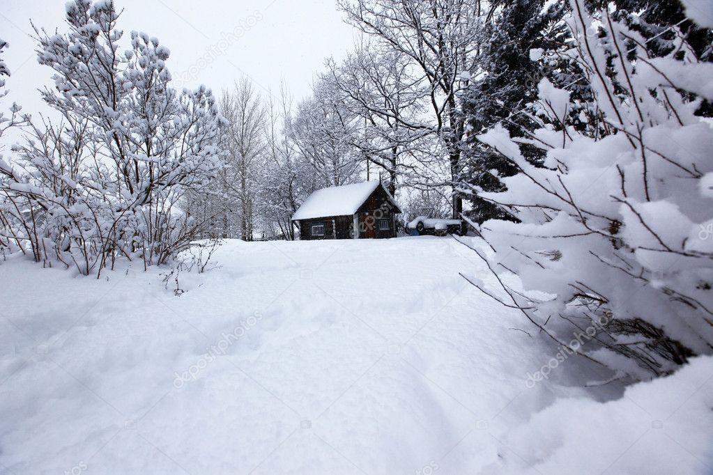 Paesaggio rurale di inverno casa sotto la nevicata foto for Piani di casa sotto 500 piedi quadrati