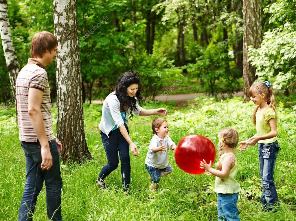 https://static8.depositphotos.com/1000260/1054/i/950/depositphotos_10541230-stock-photo-outdoor-happy-family-plaing-ball.jpg