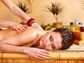 mladá žena dostává masáž v lázních.