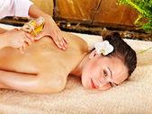 Junge Frau, die erste Massage im spa