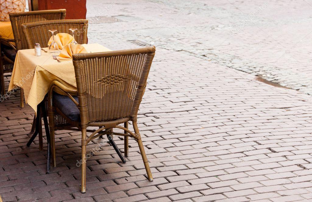 0c5b00fd75b άδειο café πίνακες στις Βρυξέλλες λιθόστρωτα πλατεία — Φωτογραφία ...