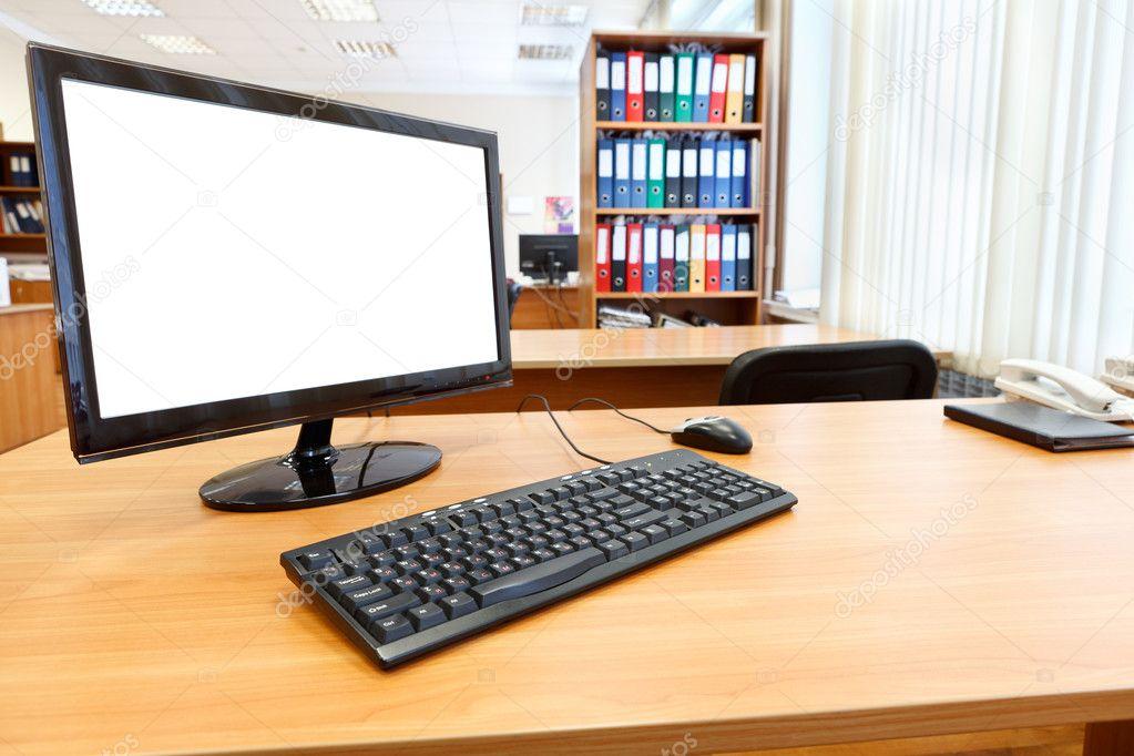 Micro ordinateur moderne sur bureau dans la salle de bureau