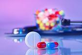 Fotografia pillole e compresse macro natura morta su therapeuti viola, medico