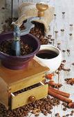 Fényképek a fából készült asztal kávédaráló