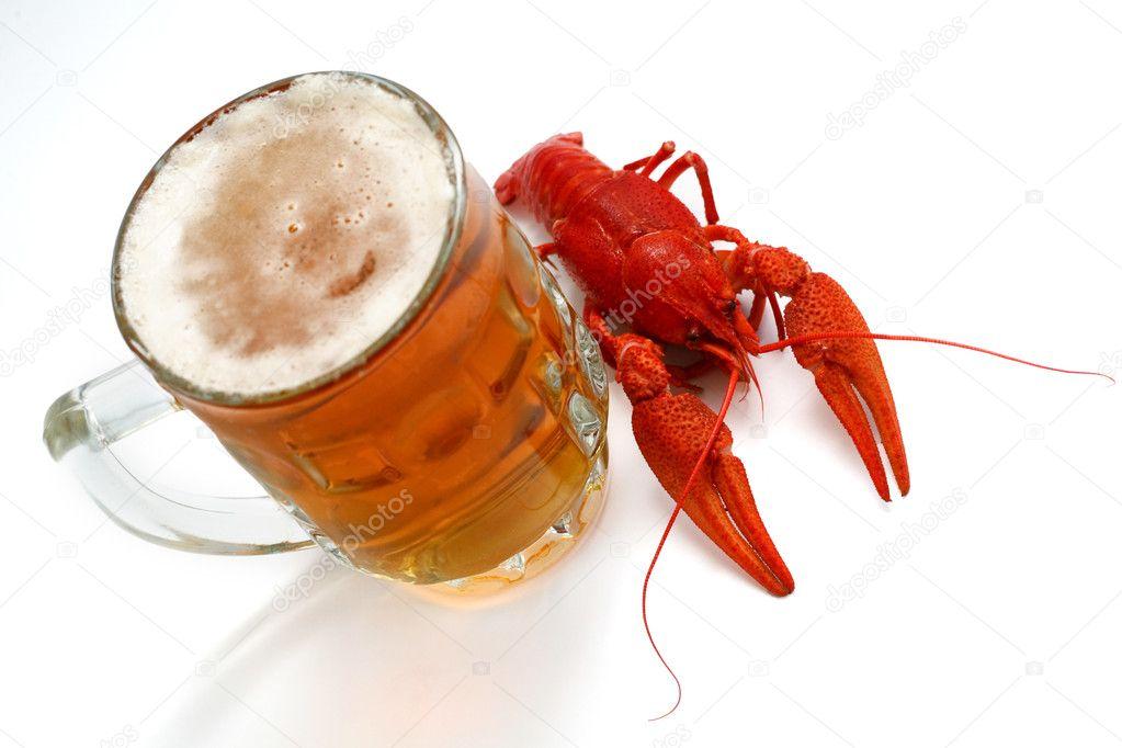 Фото раков и две кружки пива