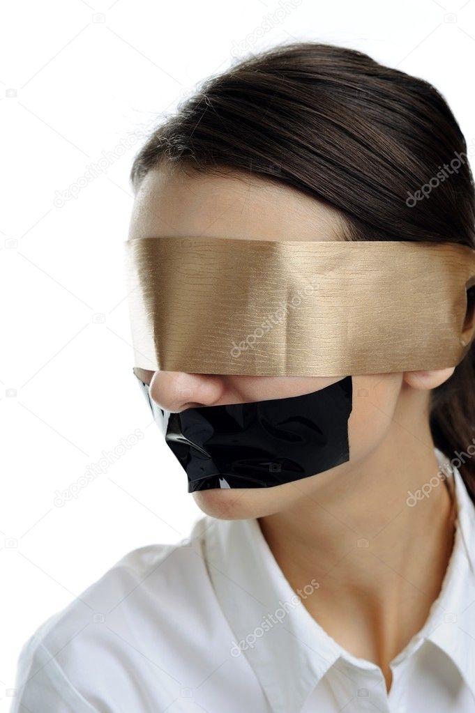 Фото девушки с завязанными глазами ртом и руками 9