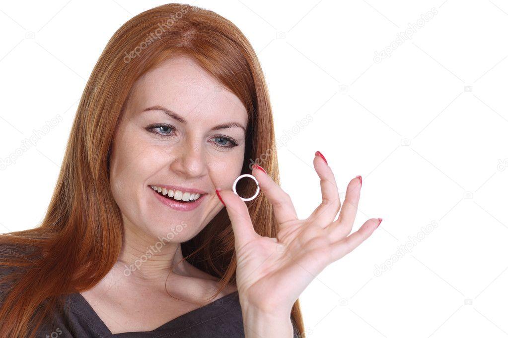 Frau Zeigt Ihren Verlobungsring Stockfoto C Arkusha 8731188